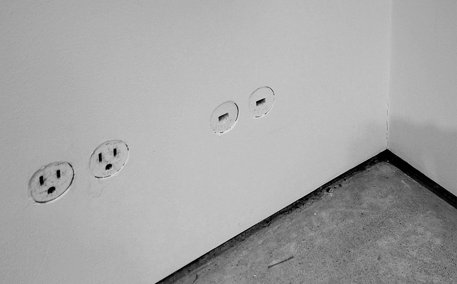 electrical-outlet-b&w