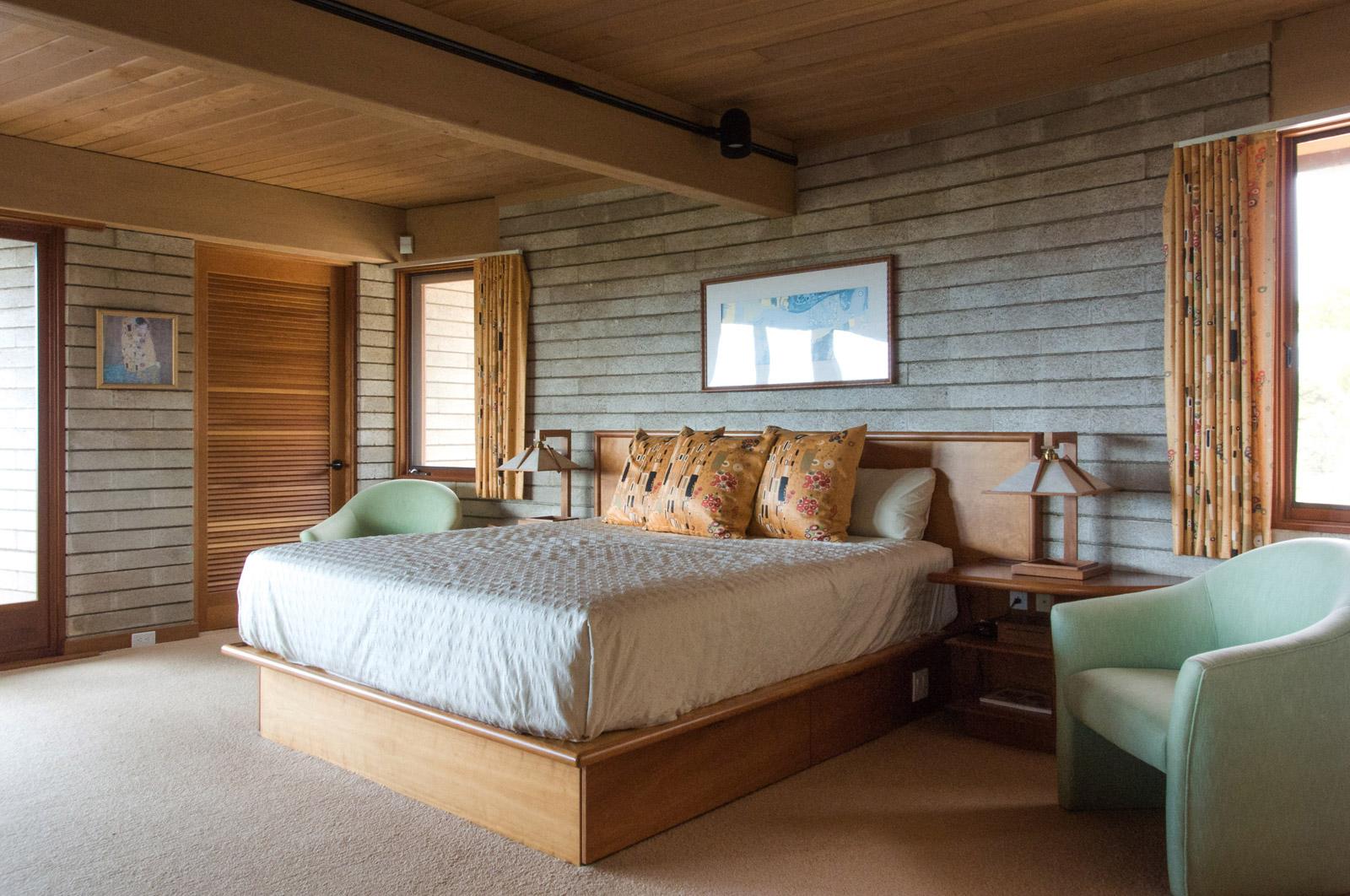 FLW-Interior-Master-Bed-03