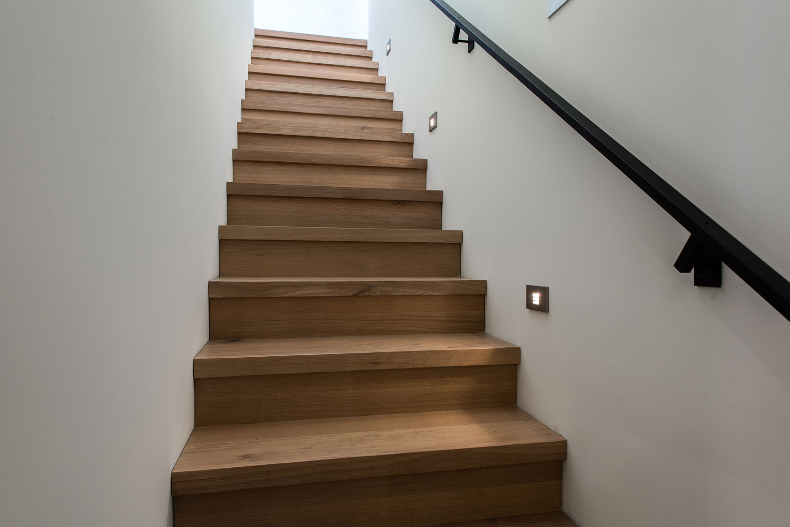 build-llc-magnolia-house-int-stair-02